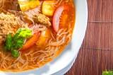 Reis-Vermicelli-Suppe mit Krebspaste